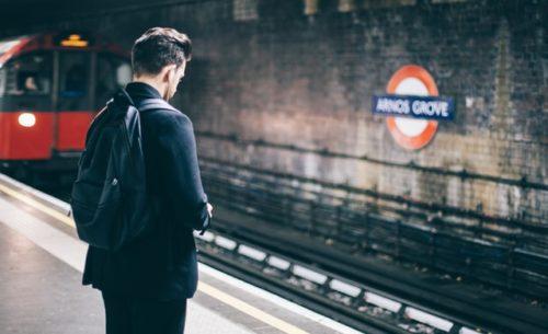 電車を待つ人